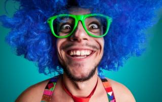 Bild: Funny guy naked with blue wig and red tie © Eugenio Marongiu / fotolia