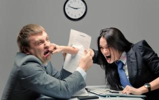 Bild: Two young caucasian office worker starting to fight © Nomad_Soul / fotolia