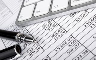 Bild: Kugelschreiber und Tastatur auf Tabellen © v.poth / fotolia