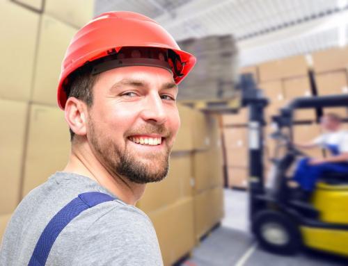 freundlicher Lagerist im Lagerhaus // storeman in warehouse
