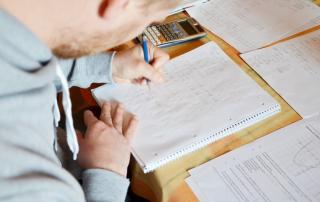 Bild: junger Mann löst mathematische Aufgaben © pia-pictures / fotolia