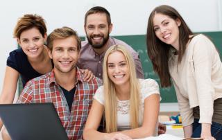 Bild: lachende studenten mit laptop im seminar © contrastwerkstatt / fotolia